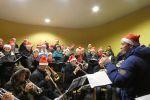 Carolsinging Koperensemble met dirigent en Heelsums Gelegenheids Koor